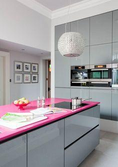 XÔ SOBRIEDADE | quebre a sobriedade das cozinhas, instalando um tampo pink no balcão. Quando laminado, o toque fica ainda mais moderno! #Tecnisa #OutubroRosa #DecorRosa #Cozinha #Pink #TecnisaDecor Foto: StyleatHome