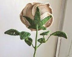 Hermosa rosa tejida con ganchillo, con perlas agregadas para darles más glamour... asemejando gotas de rocío.