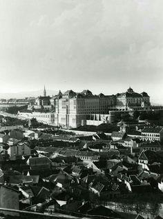 1900 körül. A Tabán és a vár. Buda Castle, Budapest Hungary, Awesome Things, New York Skyline, Arch, The Past, History, Country, Retro