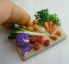 Super tiny food made from clay Polymer Clay Miniatures, Polymer Clay Projects, Polymer Clay Creations, Miniature Crafts, Miniature Food, Miniature Dolls, Barbie Food, Doll Food, Tiny Food
