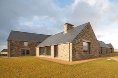 Construido por Tierney Haines Architects en Mayo, Ireland con fecha 2012. Imagenes por Stephen Tierney. Esta casa familiar en Blacksod Bay en el oeste de Mayo se inspira en las granjas locales y sus pequeños patios. La ca...