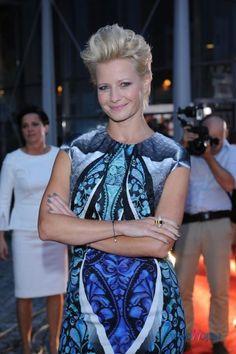 sukienka we wzorki w kolorze niebieskim - Małgorzata Kożuchowska