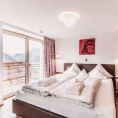 Zu Hause, das ist Liebe. Die Liebe die ich finde, wenn ich mich dazu entscheide. ✨ -------------- Zu Hause, das ist der Platz, wo ich frei bin, meine Sinne sich entfalten - wo mein Herz die Ruhe findet. 〽️ -------------- ꪖꪊડડᥴꫝꪶꪖᠻꫀꪀ - ꪖꪊᠻ᭙ꪖᥴꫝꫀꪀ - 𝕥𝕣äꪊꪑꫀꪀ - ⅈᥴꫝ ડꫀⅈꪀ #hotelgoldenerberg #ausschlafen #aufwachen #träumen Berg, Furniture, Home Decor, At Home, Luxury, Decoration Home, Room Decor, Home Furnishings, Home Interior Design