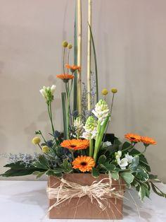 Caja Ensueño, caja de 25x25 cm,tonos alegres y naturales. Flores de temporada. La caja desprende un aroma exquisito yse presenta como un detalle elegante y tierno.             ¿Por qué en Les flors de Nuria