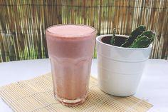 ¿Qué como en un día?  Snack: batido de proteínas con fresas.  Post completo: http://mamanutryfit.com/que-como-en-un-dia-embarazo/