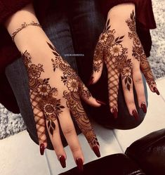 Searching for stylish mehndi designs for the party that look gorgeous? Stylish Mehndi Design is the best mehndi design for any func. Henna Hand Designs, Dulhan Mehndi Designs, Mehndi Designs Finger, Khafif Mehndi Design, Mehndi Designs For Girls, Arabic Henna Designs, Stylish Mehndi Designs, Mehndi Designs For Fingers, Wedding Mehndi Designs