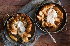 Qui dit automne, dit desserts aux pommes, et celui-ci en est l'exemple parfait. Nous avons revisité les fameuses pommes au four pour leur donner une forme de fleur: le mélange de caramels fondus et de sauce crémeuse à la cassonade et à la cannelle qui rehausse cette douceur est tout simplement irrésistible!