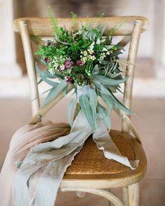 Inspiração Tullier: Buquê de flores e folhas verdes com fitas, estilo boho e rústico. Fica lindo para casamentos durante o dia ou fim de tarde.