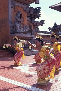 INDONESIA, BALI, GIRLS IN TRADITIONAL DRESS, DANCE