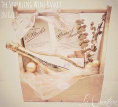 The Sparkling Wine Basket: in Goldes una canasta navideña fina para mujer con toques de arte únicos para un regalo inolvidable. Incluye lujosa botella de vino espumoso BOTTEGA y una selección de g…