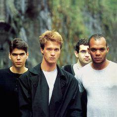 """Que Pais E Este (1987) est un nouveau très bon album de Legião Urbana après les excellents Legião Urbana (1985) e Dois (1986). D'entrée, vous plongez dans les années post Punk et New Wave anglo-saxonnes avec des titres comme """"Que País É Este"""" (à la The..."""
