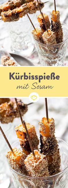 Diese fruchtigen Kürbisspieße sind eine herbstliche Abwechslung auf dem Fingerfood Buffet. Zusammen mit Hähnchen und Sesam ein Gedicht.