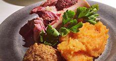 Fläsklägg med rotmos Scandinavian Food, Chicken Sausage, Cornbread, Cauliflower, Food And Drink, Vegetables, Cooking, Brown, Ethnic Recipes