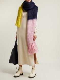 outfit_1240829 Knitwear Fashion, Knit Fashion, Head Scarf Styles, Oversized Scarf, Knitting Accessories, Long Scarf, Mode Outfits, Women Wear, Street Style