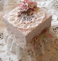 BOITE A MOUCHOIRS SHABBY CHIC DENTELLE DE CALAIS ET ROSES ROSES Shabby Chic Boxes, Shabby Chic Crafts, Shabby Chic Bedrooms, Fabric Covered Boxes, Fabric Boxes, Hobbies And Crafts, Crafts To Make, Henna Drawings, Altered Bottles