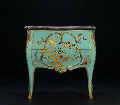 Exceptionnelle commode d'entre-deux en laque bleu européen. Par Jacques Dubois (1694-1763). Bâti de chêne, laque européen, or à la feuille, bronzes dorés et marbre. Cette rarissime commode dite « sauteuse »  Les montants galbés hauts pieds finement cambrés. Revêtue d'un laque européen à fond bleu, elle s'orne d'un élégant décor à la feuille d'or rehaussé de polychromie