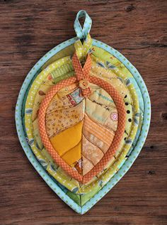 Leaf Potholders ( scrappy patchwork mug-rug hot-pad coaster quilt pattern ) Small Quilts, Mini Quilts, Quilting Projects, Sewing Projects, Craft Projects, Quilting Ideas, Quilt Patterns, Sewing Patterns, Patchwork Patterns