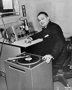 Antiguo estudio de #radio. Atención al #plato alias #tocadiscos y a los potenciómetros de la mesa tipo fogón de cocina :) #turntables #onair #voiceover