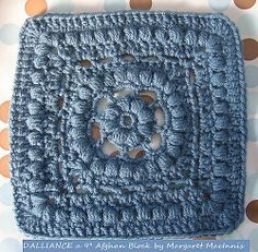Free granny square pattern (looks like a forget-me-not in the centre ♥)