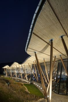 Image 6 of 16 from gallery of Vanke Tsing Tao Pearl Hill Visitor Center / Bohlin Cywinski Jackson. Photograph by Nic Lehoux Timber Architecture, Chinese Architecture, Contemporary Architecture, Amazing Architecture, Architecture Details, Landscape Architecture, Facade Lighting, Exterior Lighting, Qingdao