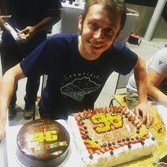 32.4K vind-ik-leuks, 385 reacties - Yamaha MotoGP (@yamahamotogp) op Instagram: 'Hard work is done on day 1 of the #ThaiTest. Time to celebrate @valeyellow46's 39th birthday! . .…'