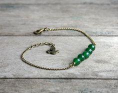 Bracelet minimaliste pierres de Jade vert-émeraude sur fine chaîne couleur bronze - Bijoux de créateur