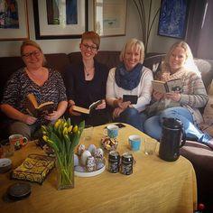 Påskekos nr 7: Besøk av gode venner  @marianne_soiland @kulturkroken og @elidasta kom helt til Flekkefjord for å lese  #tvangslesekafe #tvangslesing #bloggere #bokbloggere #bøker #lesing #venner #besøk
