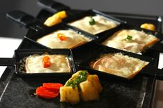 Et si on testait la raclette vegan ? Raclette Recipes, Raclette Party, Grilling Recipes, Grill Stone, Fromage Vegan, Grill Machine, Grilled Desserts, Marinate Meat, Bite Size Food