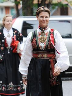 Princess Martha Louise of Norway in traditional embroidered dress for National Day celebrations Royal Fashion, World Of Fashion, Norwegian Clothing, Scandinavian Embroidery, Norwegian Royalty, Norwegian Vikings, Art Populaire, Folk Costume, Historical Clothing