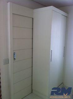 sugestao de porta de correr atras do movel Wardrobe Design, Built In Wardrobe, Small Doors, Closet Shelves, Bathroom Doors, Diy Organization, Sliding Doors, Tall Cabinet Storage, Sweet Home