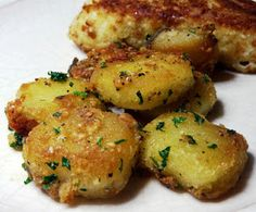 Parmesan Garlic Roasted Potatoes Ingredients: Potatoes Cut in to smaller size pieces (Russet Potatoes) - A few tablespoons of olive oil - cloves garlic, minced - 1 to 2 Tablespoons fresh chopped parsley - Fresh grated Parmesan cheese - Salt and pepper Think Food, I Love Food, Good Food, Yummy Food, Tasty, Fun Food, Food Art, Potato Recipes, Vegetable Recipes