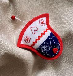 Modrotiskový+zvoneček+Šitá+ozdobička+ve+tvaru+zvonečkuz+modrotisku,+obšita+červeným+šikmým+proužkem,+s+našitými+a+vyšívanýmiaplikacemi+a+provázkemk+zavěšení.+Velikost+ozdobičky+8cm.++