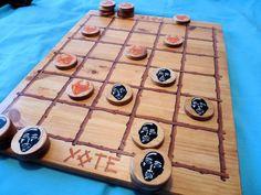 Voici quelques images de mon Yoté entièrement fabriqué à la main et que je vous propose d'acquérir pour Noël. Le Yoté est un jeu traditionnel Africain aux règles simple mais à la stratégie intéressante. La règle du jeu est visible ici Voici le plateau...