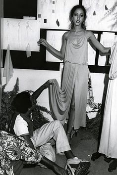 Pat Cleveland being fitted by Stephen Burrows. Pat Cleveland was among the models and Stephen Burrows was one of the designers featured in the groundbreaking fashion show in Versailles on November Patti Hansen, Lauren Hutton, 70s Fashion, Fashion History, Classic Fashion, Fashion 2020, African American Models, Vintage Black Glamour, Vintage Style