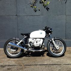 BMW caferacer #airhead via Deus Ex Machjna USA  Is this perhsps another well-executed Cafe-Bobber hybrid?