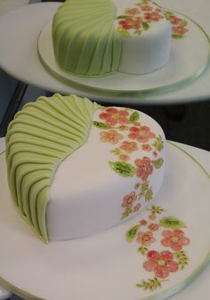 Heart cake - - Cake Decorating Community - Cakes We Bake Cake Icing, Fondant Cakes, Cupcake Cakes, Pretty Cakes, Beautiful Cakes, Amazing Cakes, Heart Shaped Cakes, Heart Cakes, Painted Cakes