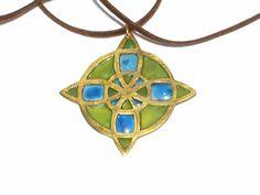 Messing hanger bloem patroon in groen en blauw door JackysJewels