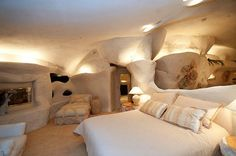 Flintstone House Cave Like Interior Design Beautiful And Spectacullar Coastal Cave House Of French Designer Alexandre De Betak Design Ideas For Your Home Maison Earthship, Earthship Home, Unique Homes For Sale, Unusual Homes, Flintstone House, Fred Flintstone, Cartoon House, Underground Homes, Earth Homes
