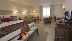 Raffinement et élégance dans cette chambre Deluxe à l'Hôtel Bristol de Genève   Suisse  #Suisse #Switzerland #Genève #Geneva #Hotel #Chambre #Bedroom