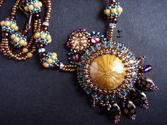 náhrdelník+Ježek+Náhrdelník+je+dlouhý+49+cm.+Ústřední+motiv+je+tvořen+leštěnou+zkamenělinou+ježovkydruhu+Clypeus+ploti.+Stářísvrchní+jura.+Variace+barev+medu+a+tyrkysové.