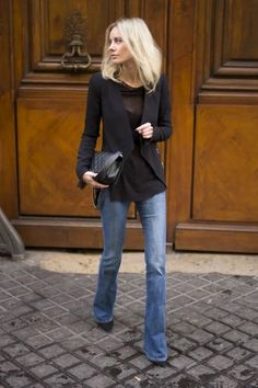 Black blazer, flowy black tee and casual light wash denim flare jeans. Just loving the entire look.of course I love back and boot cut Jeans. Casual Chic Outfits, Fall Outfits, Look Casual Chic, Smart Casual, Look Fashion, Fashion Outfits, Blazer Fashion, Cheap Fashion, Fashion Photo