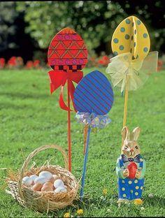 Für die Eiersuche im Garten brauchst du die passende Deko. Wie wäre es mit diesen süßen Holz-Eiern auf Stelzen? Sie sind schnell gemacht und machen dein Osterfest sehr viel bunter.