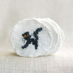An easy Halloween decoration project. How to make black cat felted wool coasters.