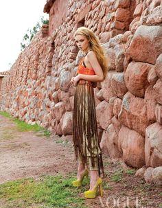 Princesa Inca, Vogue viaja a Peru Atrevida. Piezas de aires artesanales y espíritu libre nos trasladan a la gran región del cuzco.  Pantalón de seda y corsé de macramé, ambos de Matthew Williamson; zapatos de gamuza, de Christian Louboutin; anillo Conical Cocktail, de Jessica Robinson Jewelry.  FOTOGRAFÍA: MICHAEL FILONOW
