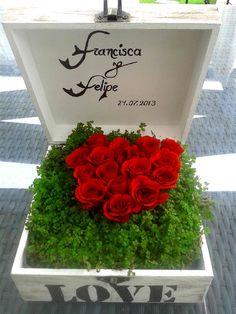 Corazón de minirosas en caja con dedicatoria.