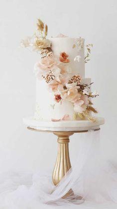 unique wedding cakes, wedding cake trends best wedding cakes 2020 wedding cake These gorgeous wedding cakes are very stylish Textured Wedding Cakes, Pretty Wedding Cakes, Floral Wedding Cakes, Wedding Cakes With Flowers, Elegant Wedding Cakes, Wedding Cake Designs, Wedding Cakes With Cupcakes, Rustic Wedding, Elegant Cakes