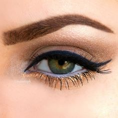 eye makeup, winged eyeliner, gold smokey eye, green eyes, lashes