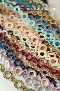 根強い人気者 ボンジュックオヤ  トルコのオヤ糸便り。 Crochet Necklace Pattern, Crochet Belt, Crochet Blouse, Bead Crochet, Crochet Flip Flops, Bead Loom Designs, Crochet Table Runner, African Jewelry, Loom Beading