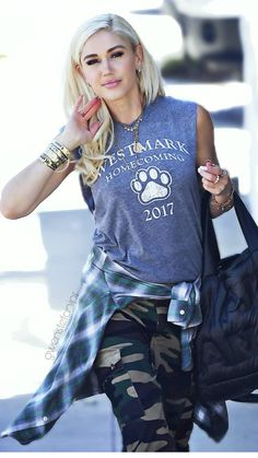 Gwen Stefani's Settle Down Hair Look - Celebrities Female Blake Shelton Gwen Stefani, Blake Shelton And Gwen, Gwen Stefani And Blake, Gwen Stefani Style, Gwen Stefani Fashion, Rock Style, My Style, Mode Outfits, Fashion Outfits