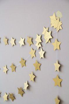 Guirlandes dorées motifs étoiles pour Noël  http://www.homelisty.com/deco-de-noel-2015-101-idees-pour-la-decoration-de-noel/